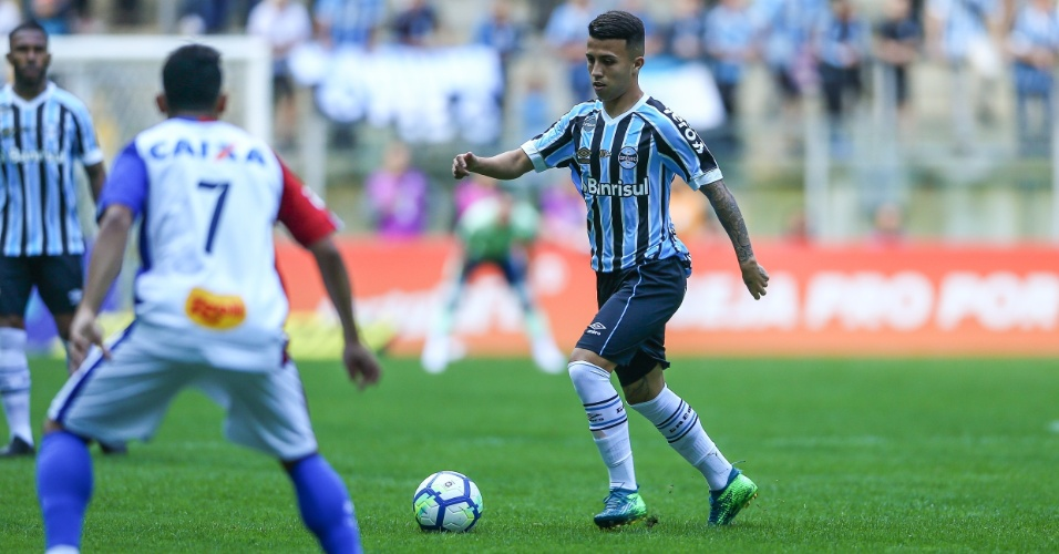 Matheus Henrique carrega bola durante Grêmio x Paraná