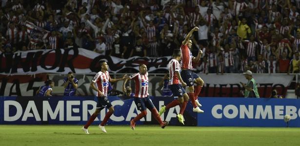 Teo Gutierrez foi expulso e pode desfalcar no Junior nos dois jogos da decisão sul-americana - Luis ROBAYO / AFP