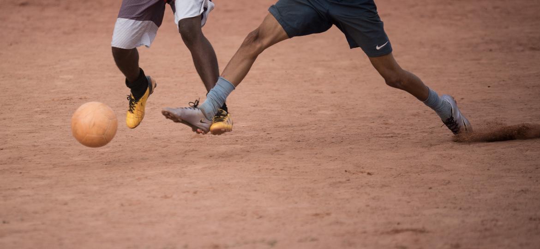 Jogadores disputam a bola num jogo da várzea - Diego Padgurschi /Folhapress
