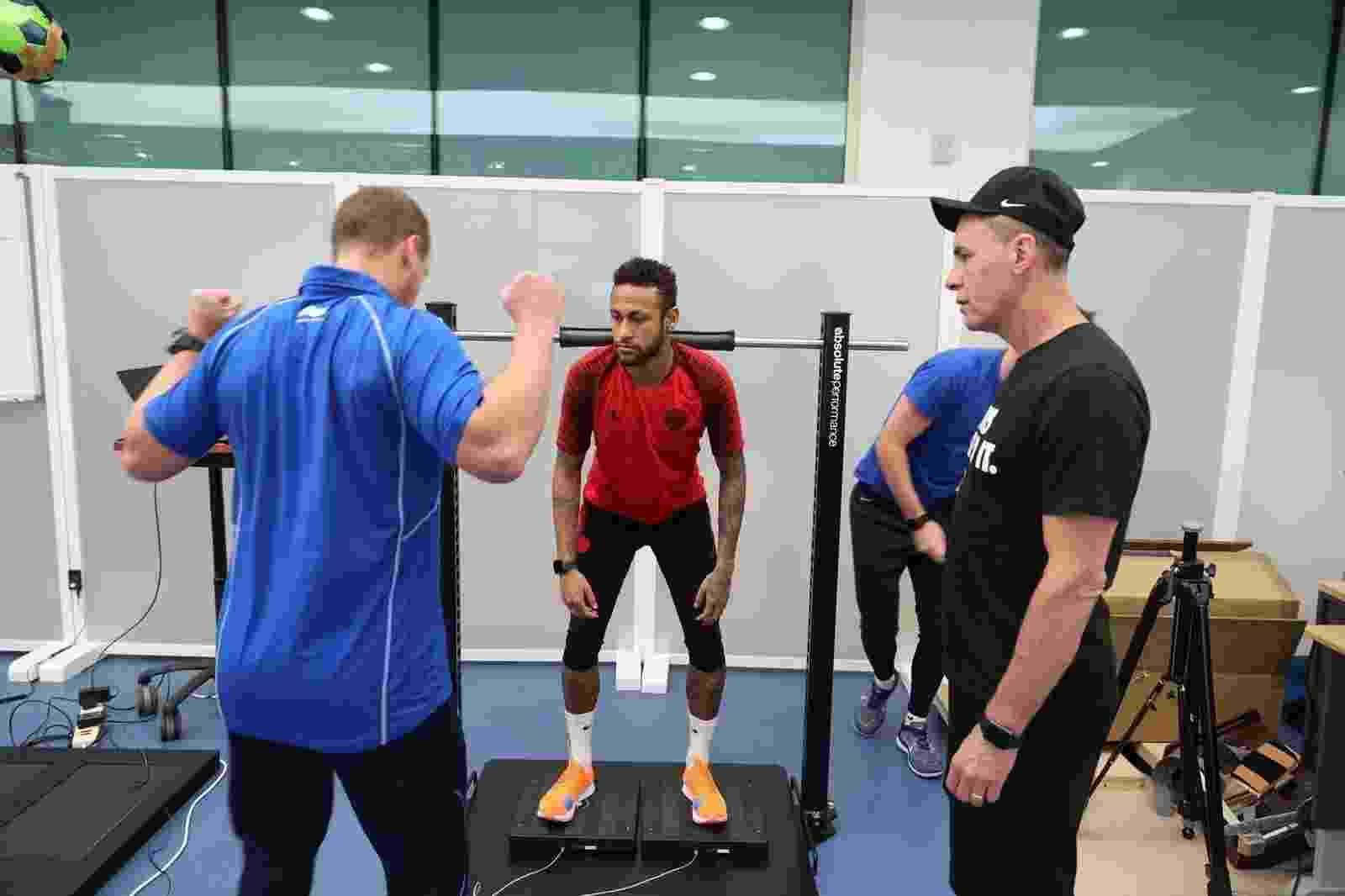Neymar passa por exames em Doha (Qatar) para avaliar recuperação de fratura em quinto metatarso do pé direito - Divulgação