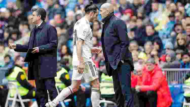 Gareth Bale passa por Zidane após ser substituído em jogo do Real Madrid - David S. Bustamante/Getty Images - David S. Bustamante/Getty Images