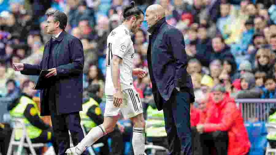 Gareth Bale passa por Zidane após ser substituído em jogo do Real Madrid - David S. Bustamante/Getty Images