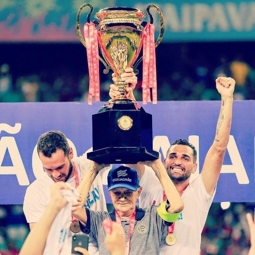 Seu Adherbal, funcionário do Bahia, levanta a taça de campeão baiano de 2019