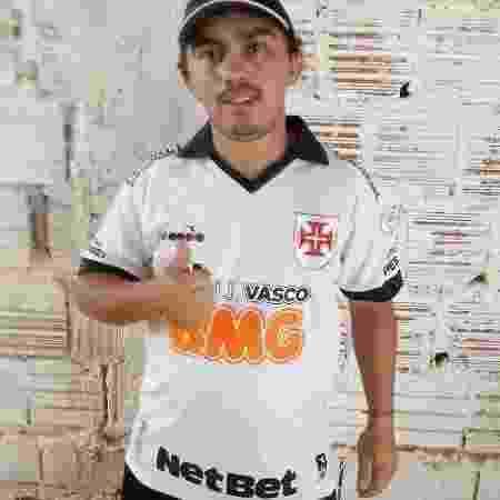 Paraibano Raylson Silva com a camisa que ganhou de Talles Magno, atacante do Vasco - Arquivo Pessoal