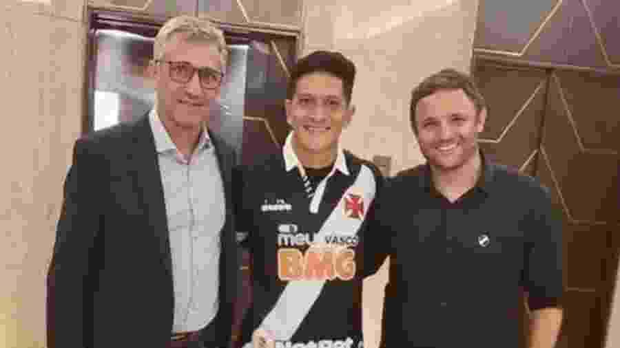 Dirigentes do Vasco com Germán Cano (centro) no dia do anúncio da contratação do atacante  - Instagram / Germán Cano