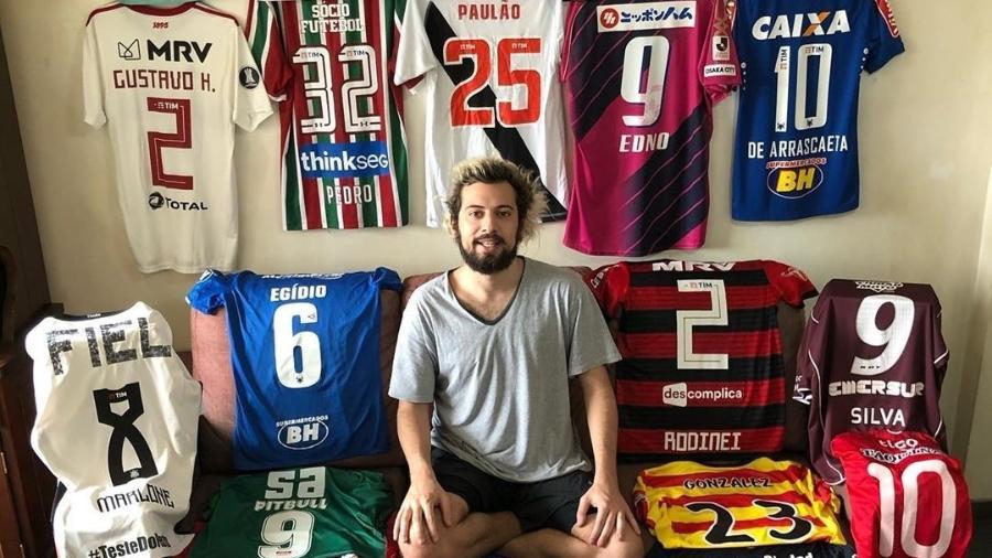 Cartolouco entre suas camisas usadas em jogo - Reprodução/Instagram