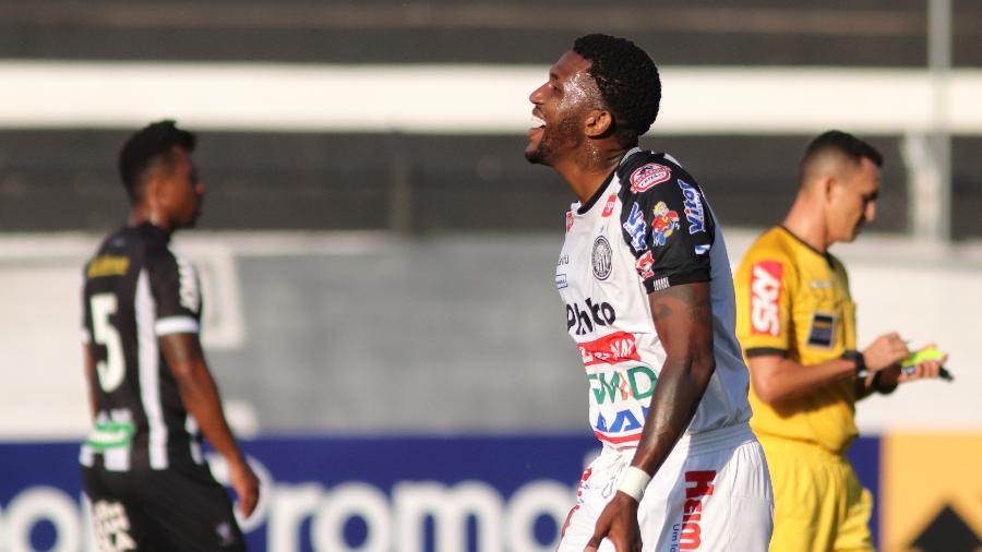 Douglas Coutinho, do Operário, comemora seu gol durante partida contra o Figueirense  - Joao Vitor Rezende Borba/AGIF
