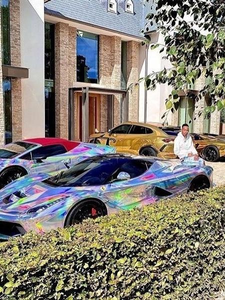 Atacante Aubameyang ostenta carros de luxo em sua garagem - Reprodução/Instagram