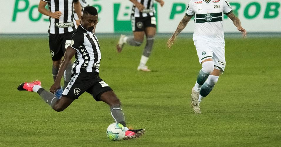 Kalou, jogador do Botafogo, tenta finalização na partida contra o Coritiba, pelo Campeonato Brasileiro