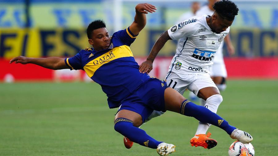 Marinho tenta se livrar da marcação de Fabra durante Boca Juniors x Santos na Copa Libertadores - Agustin Marcarian-Pool/Getty Images