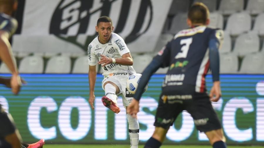 Em um belo chute colocado, Marcos Guilherme abriu o placar para o Santos contra o CIanorte, pela 3ª fase da Copa da Brasil - Reprodução/Santos