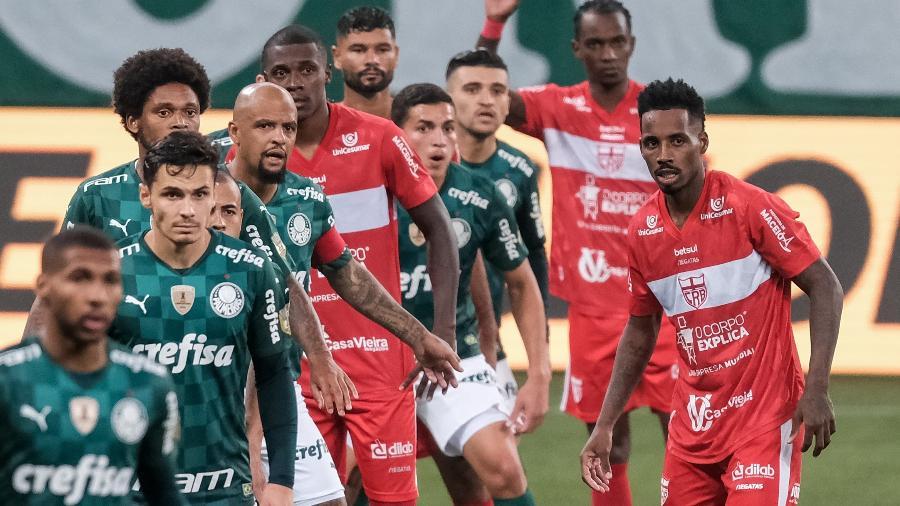 Jogadores de Palmeiras e CRB atentos durante jogo no Allianz Parque - Marcello Zambrana/AGIF