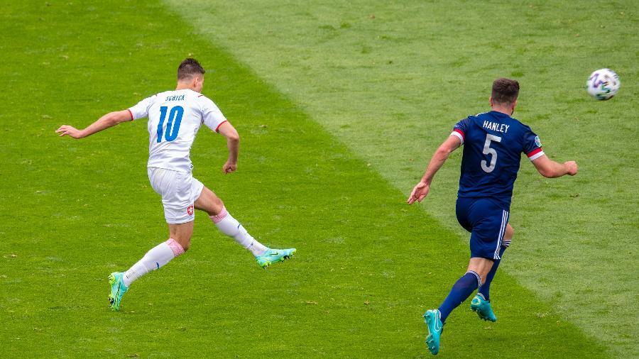 Patrick Schick chuta do meio de campo para marcar um golaço na vitória da República Tcheca contra a Escócia na Eurocopa - Ross Parker/SNS Group via Getty Images