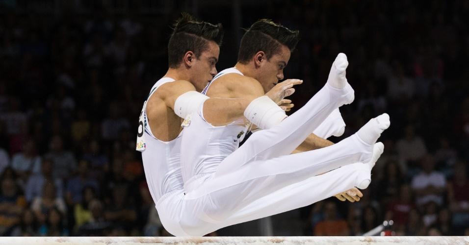 O atleta Caio Souza do Brasil se apresenta nas barras paralelas