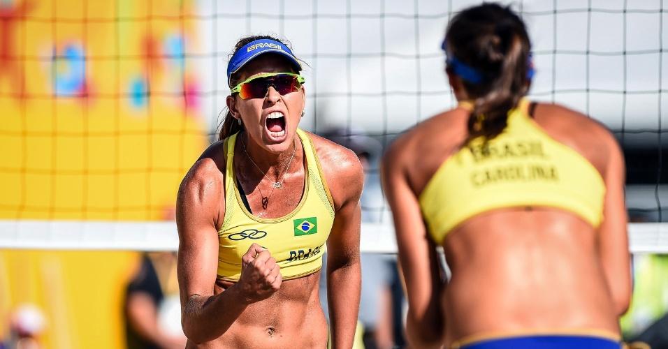 Lili comemora com Carol durante a partida contra a dupla da Costa Rica