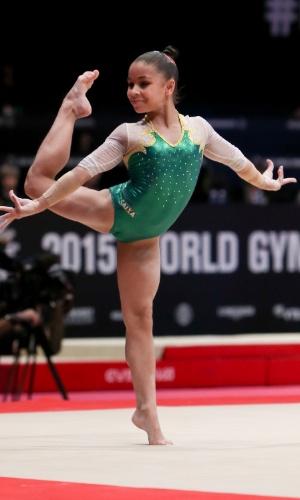 Flávia Saraiva, ginasta brasileira, se apresenta no solo durante a eliminatória por equipe do Mundial de ginástica de Glasgow, na Escócia