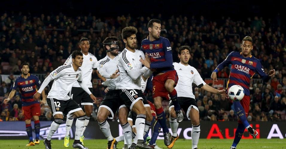 Neymar tenta desviar cruzamento na área do Valencia