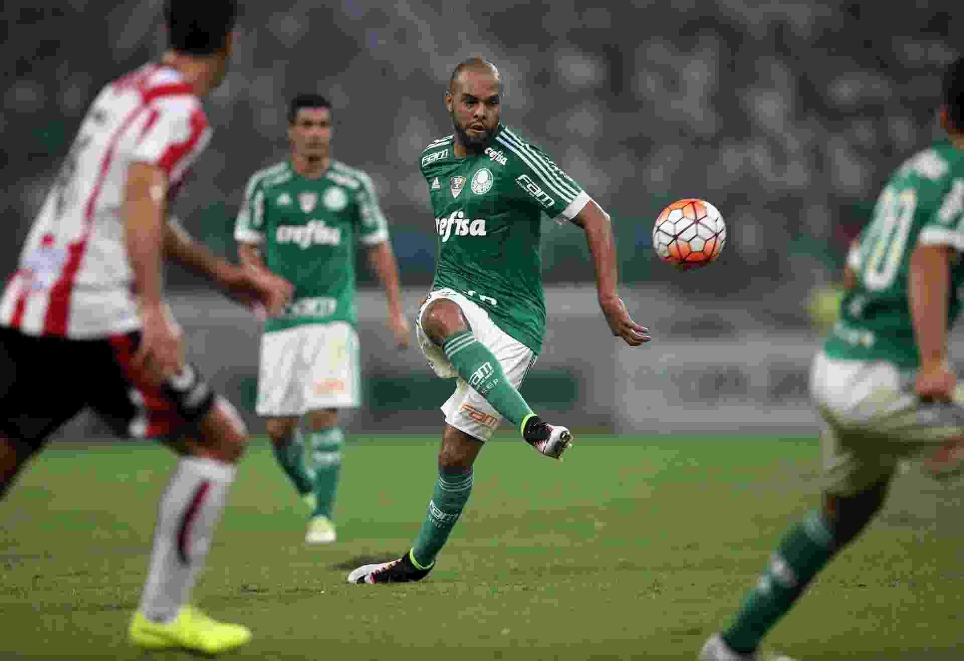 Alecsandro tenta lançamento durante a partida entre Palmeiras e River Plate-URU - Friedemann Vogel/Getty Images