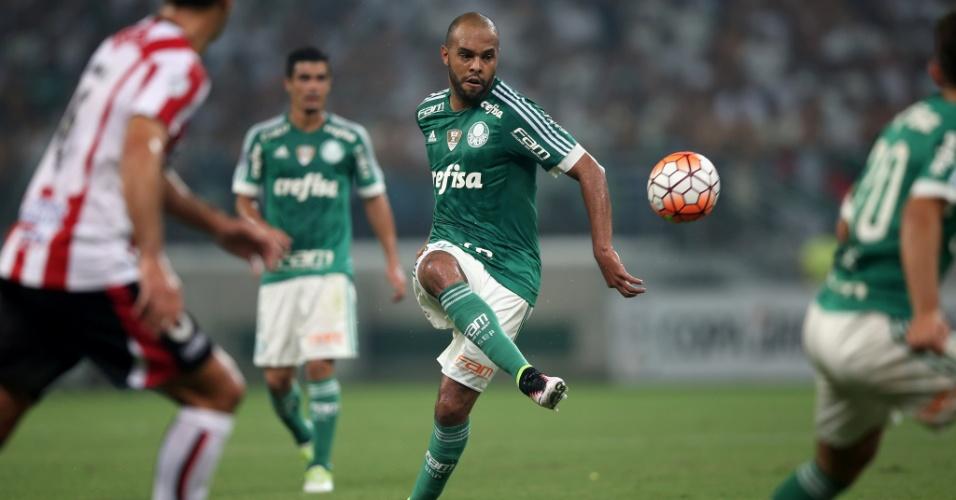 Alecsandro tenta lançamento durante a partida entre Palmeiras e River Plate-URU