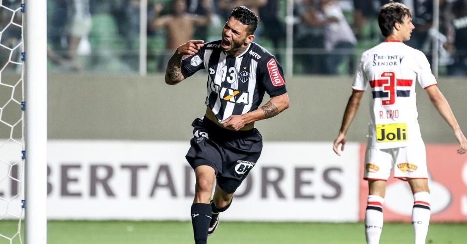 Carlos comemora o seu gol pelo Atlético-MG contra o São Paulo, na Libertadores