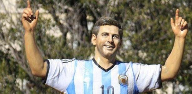 Messi ganha estátua com a camisa da seleção argentina