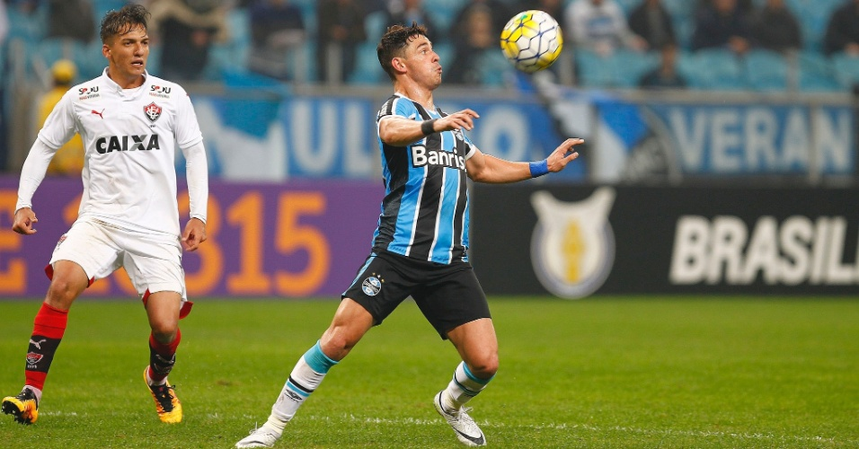 Giuliano domina a bola em jogo do Grêmio contra o Vitória