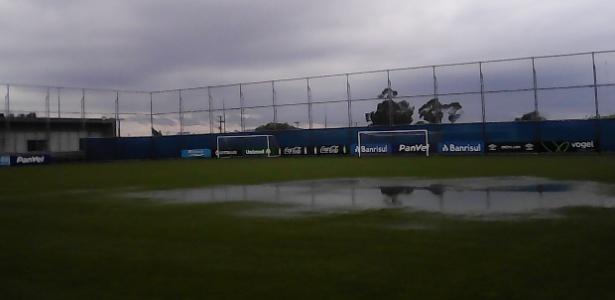 Campo do Centro de Treinamentos do Grêmio alagado pela chuva