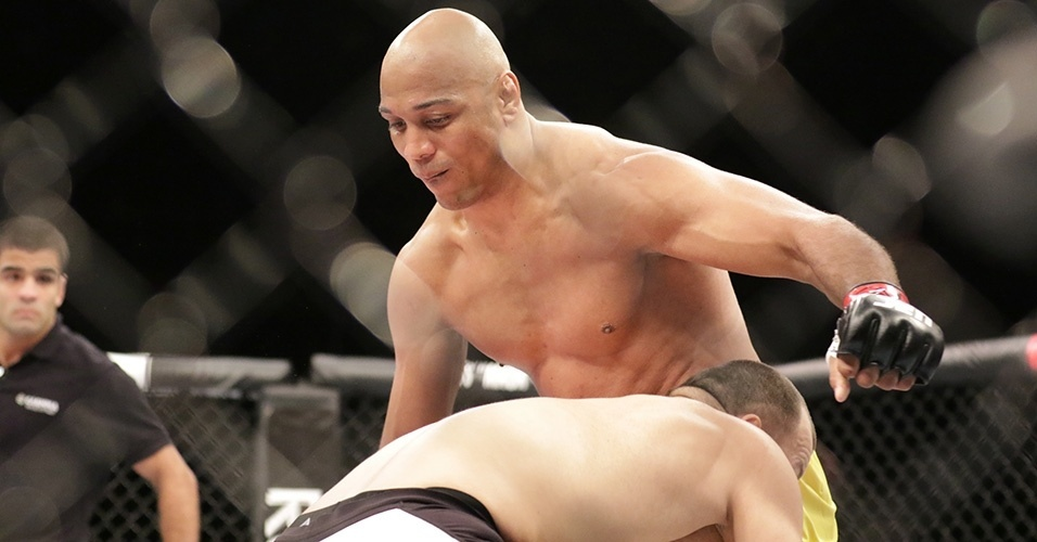 Gadzhimurad Antigulov (Rússia) derrotou Marcos Pezão (Brasil) pelos meio-pesados no card preliminar