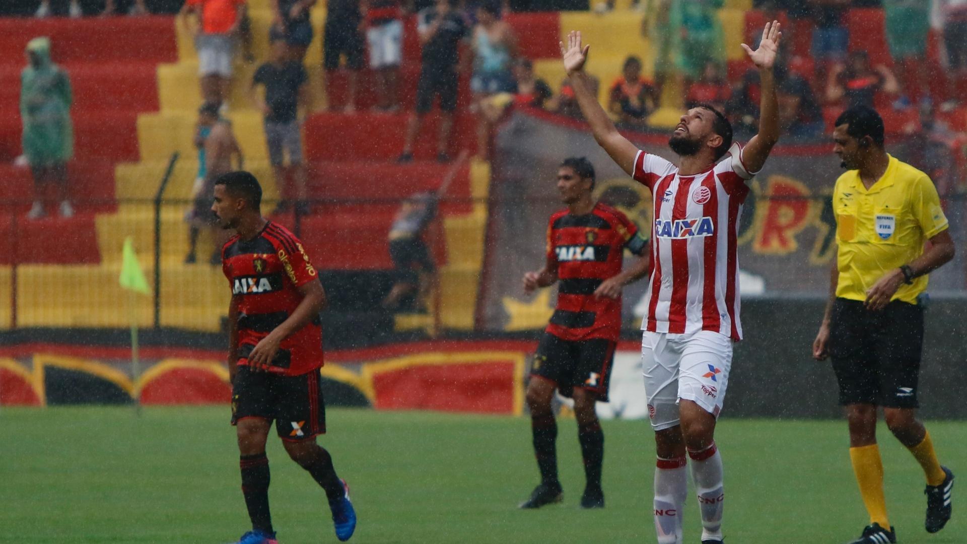Marco Antônio comemora gol marcado pelo Náutico contra o Sport na Ilha do Retiro