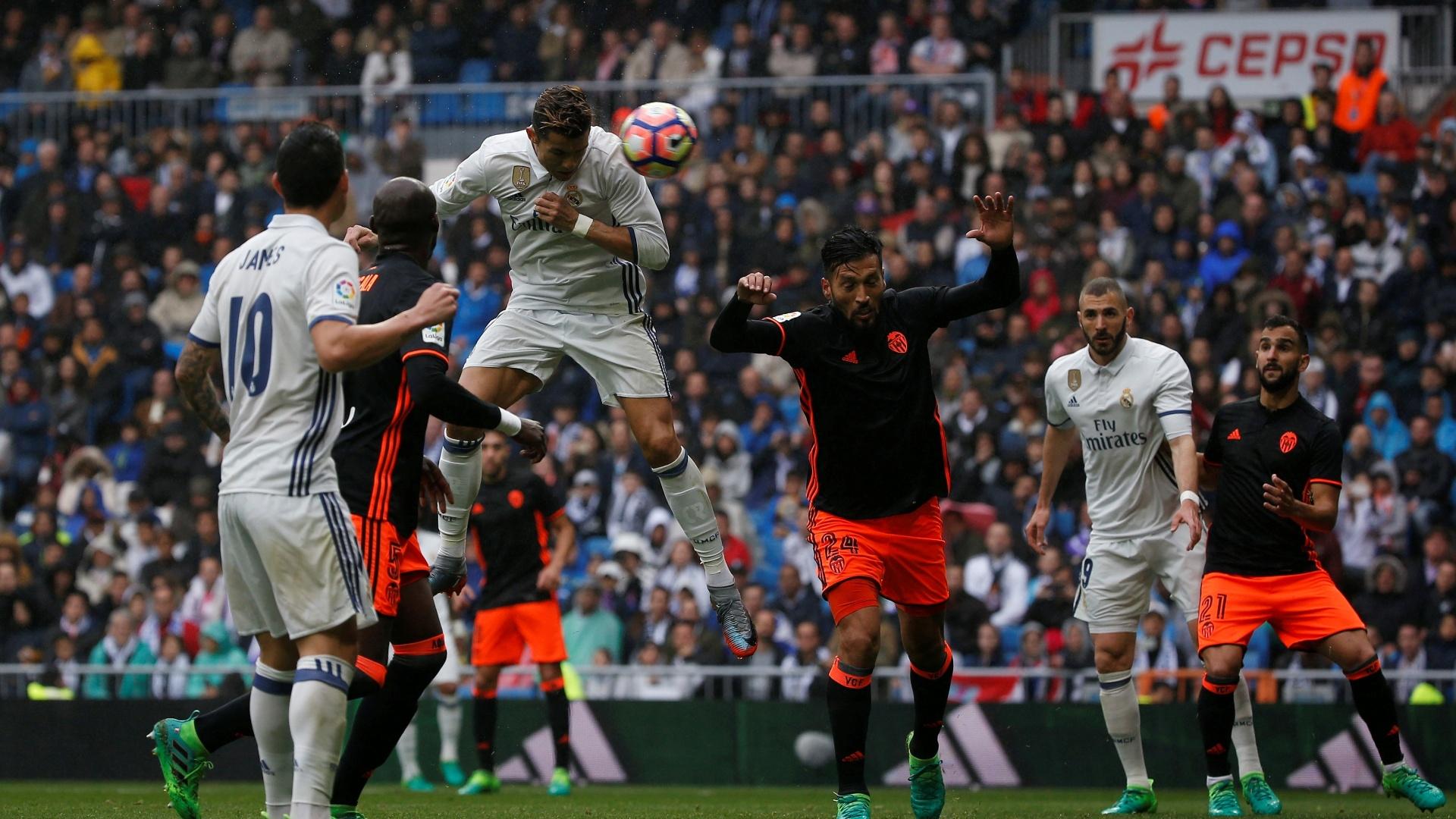 Cristiano Ronaldo testa firme para abrir o placar para o Real Madrid contra o Valencia
