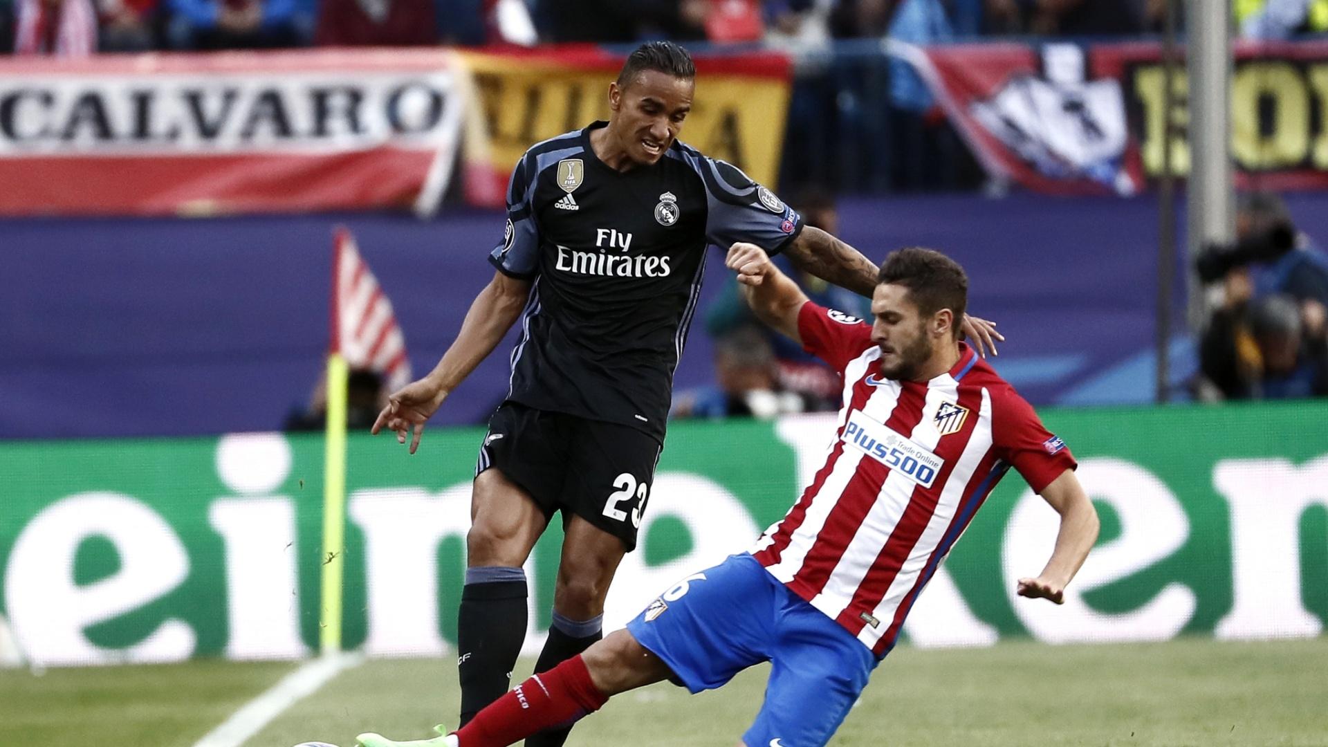 Danilo, do Real Madrid, leva carrinho de Koke, do Atlético, na semifinal da Liga dos Campeões