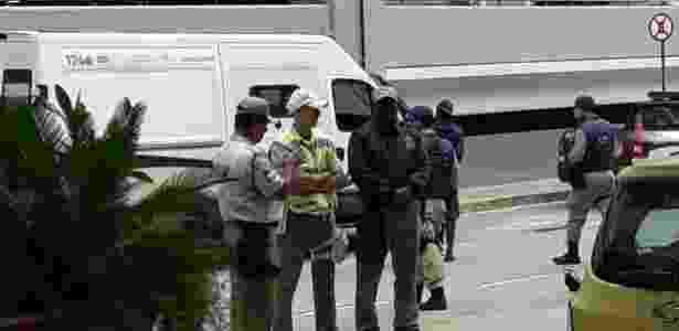 Torcedor de costas e boné preto é preso pela guarda em desembarque do Flamengo - Vinícius Castro / UOL Esporte - Vinícius Castro / UOL Esporte