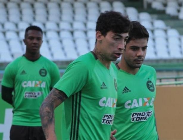 Rildo (em destaque) volta ao Coritiba contra o Vitória