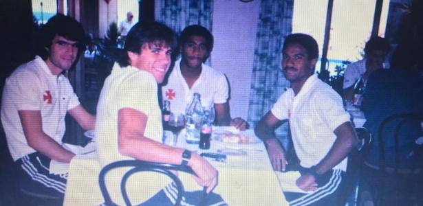 MIlton Mendes (de costas) com ex-companheiros de Vasco na década de 80