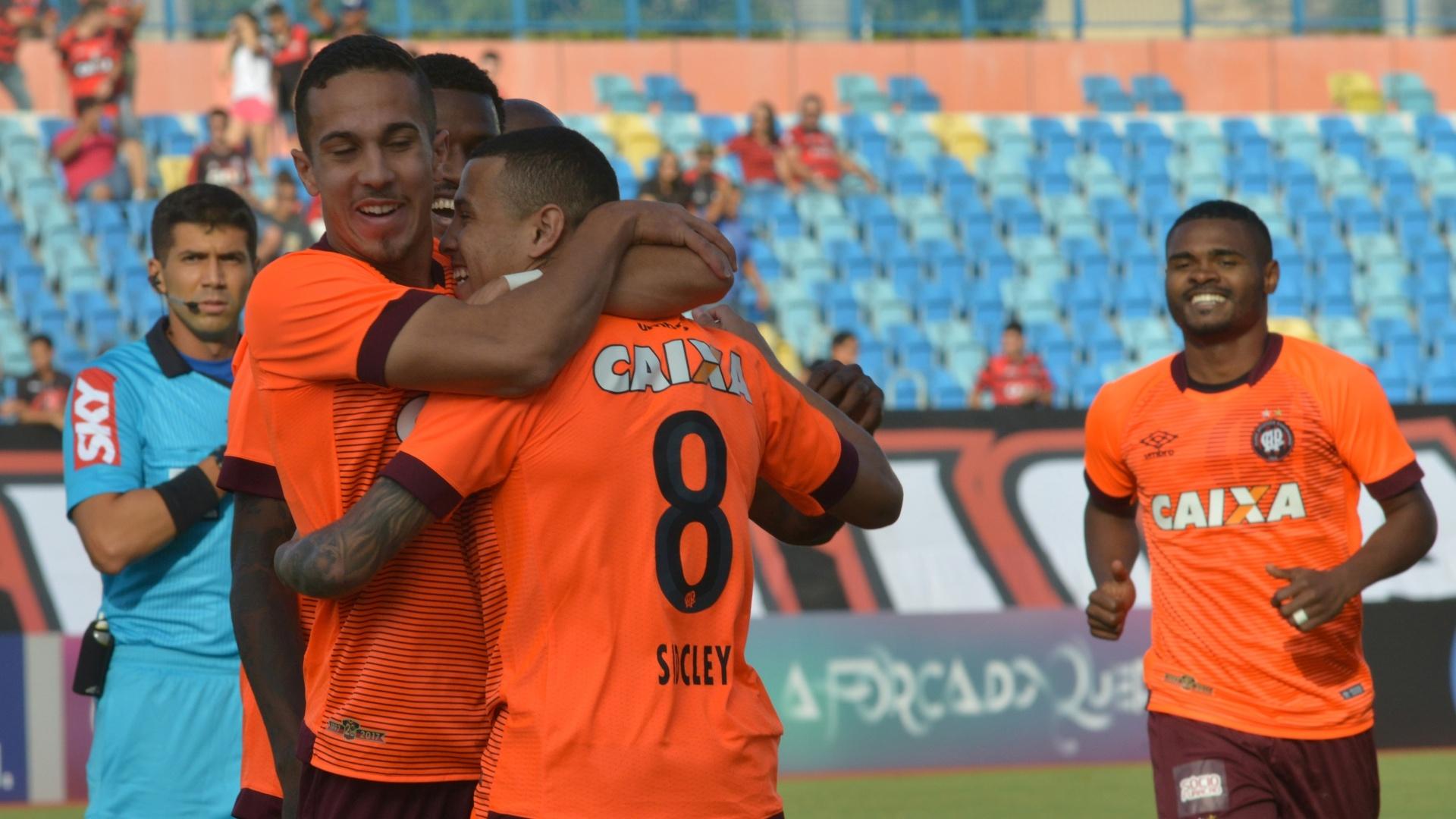 Sidcley comemora gol do Atlético-PR diante do Atlético-GO pelo Campeonato Brasileiro 2017