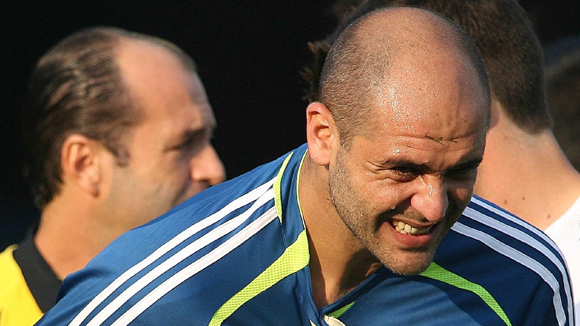 Marcos deixa o clássico contra o Corinthians pelo Campeonato Brasileiro de 2006 após sofrer contusão