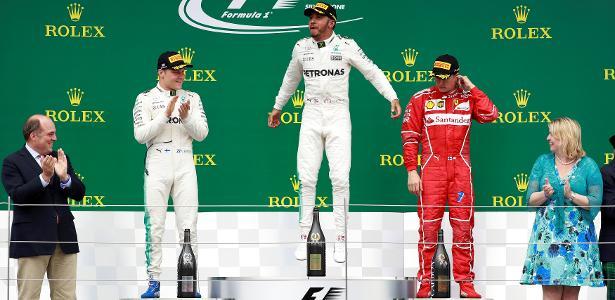 Lewis Hamilton comemora sua vitória no Grande Prêmio da Inglaterra