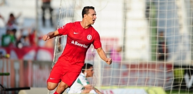 Leandro Damião presenteou o pequeno com a camisa do Internacional