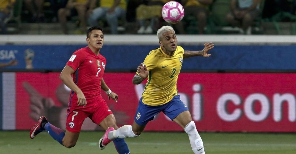 Daniel Alves disputa bola com Alexis Sanchez no jogo do Brasil contra o Chile pelas Eliminatórias da Copa