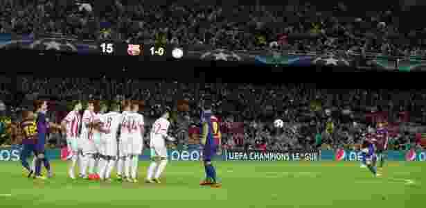Messi cobra falta e marca o segundo gol do Barcelona contra o Olympiacos - Albert Gea/Reuters - Albert Gea/Reuters