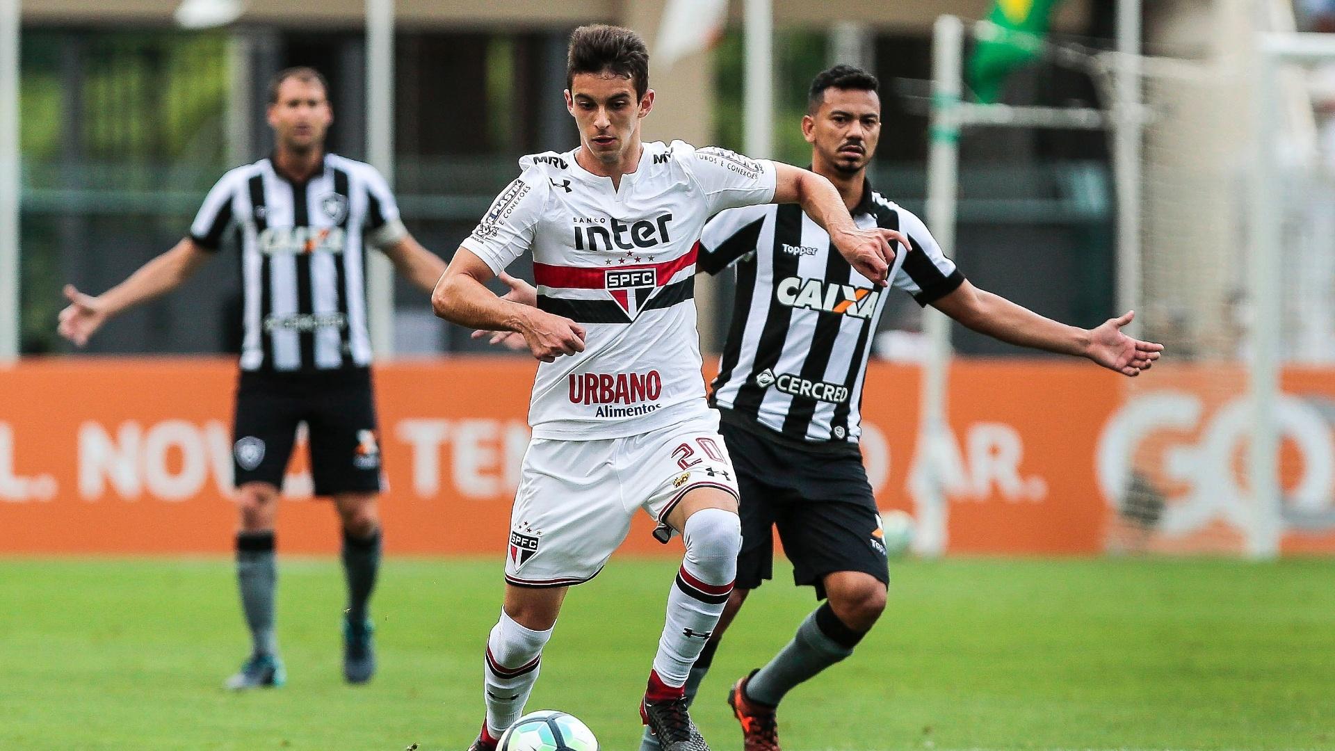 Shaylon protege a bola pelo São Paulo contra o Botafogo