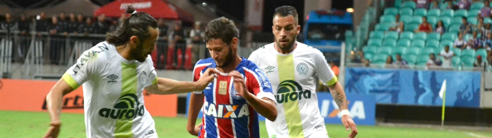 Zé Rafael e Apodi disputam lance em Bahia x Chapecoense