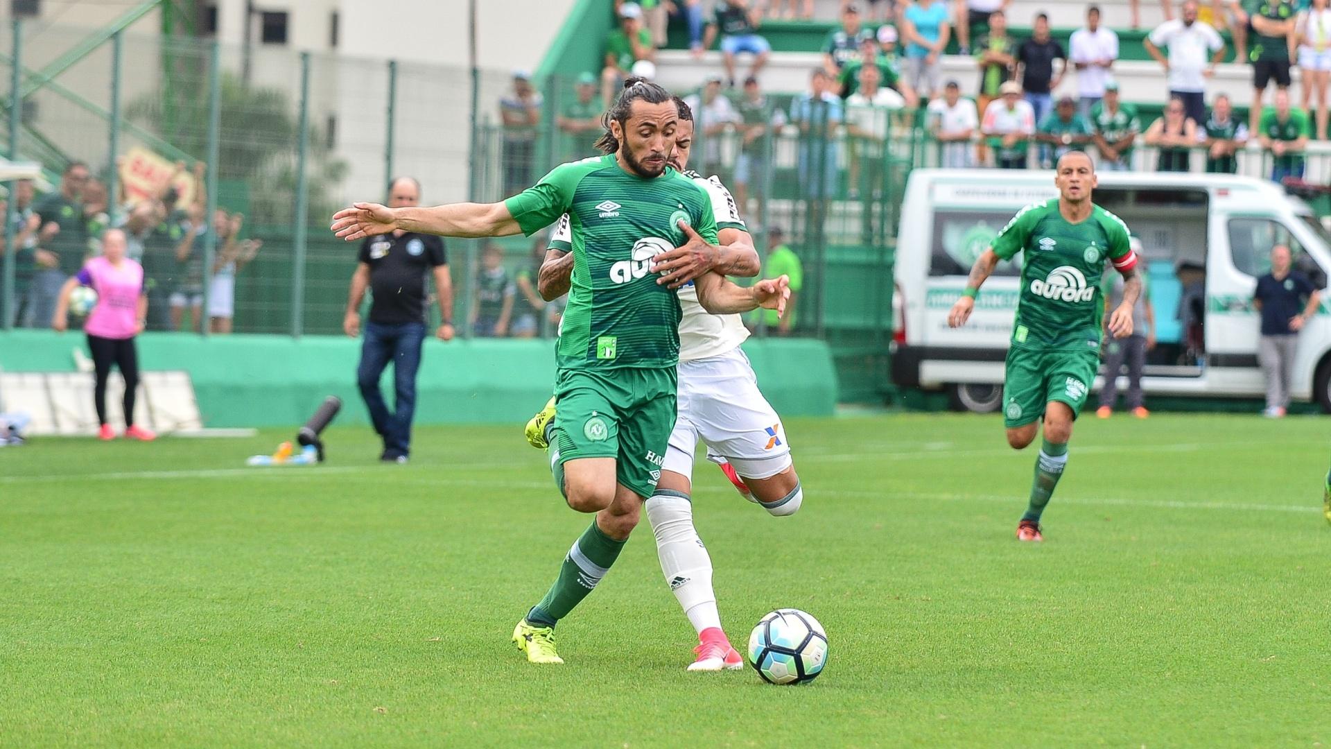 Apodi corre com a bola no duelo entre Chapecoense e Coritiba