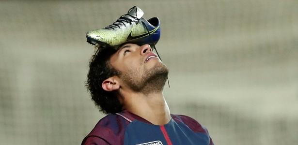 Neymar comemora gol contra o Amiens com a chuteira na cabeça