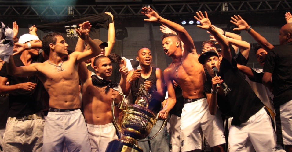 Neymar comanda a festa do Santos após o título paulista de 2010, conquistado em cima do Santo André