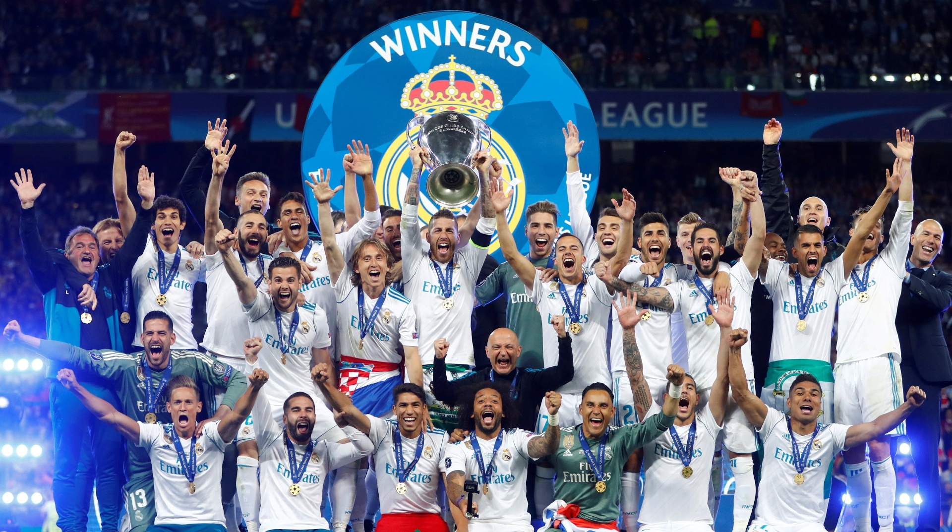 Jogadores do Real Madrid levantam a taça da Liga dos Campeões 2017-2018