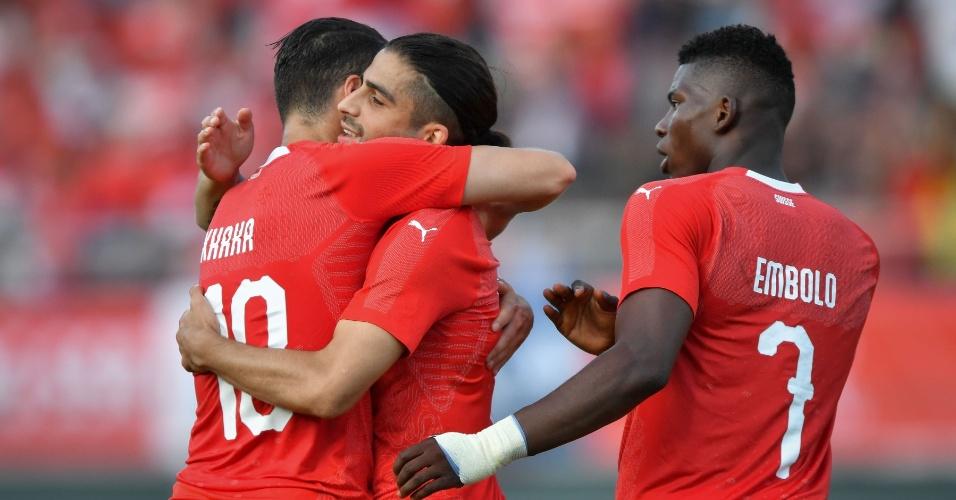 Ricardo Rodriguez marca contra o Japão e é celebrado pelos companheiros da seleção suiça