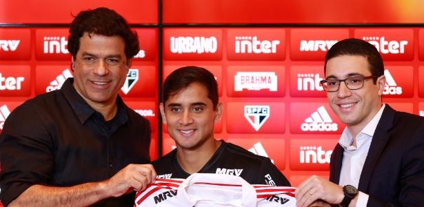 Raí e o gerente-executivo Alexandre Pássaro apresentaram Everton Felipe no CT