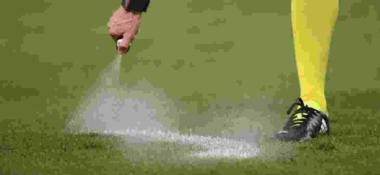 Árbitro usa o spray para delimitar barreira; Brasileiro está sem o artigo por questão judicial - REUTERS/Alberto Lingria