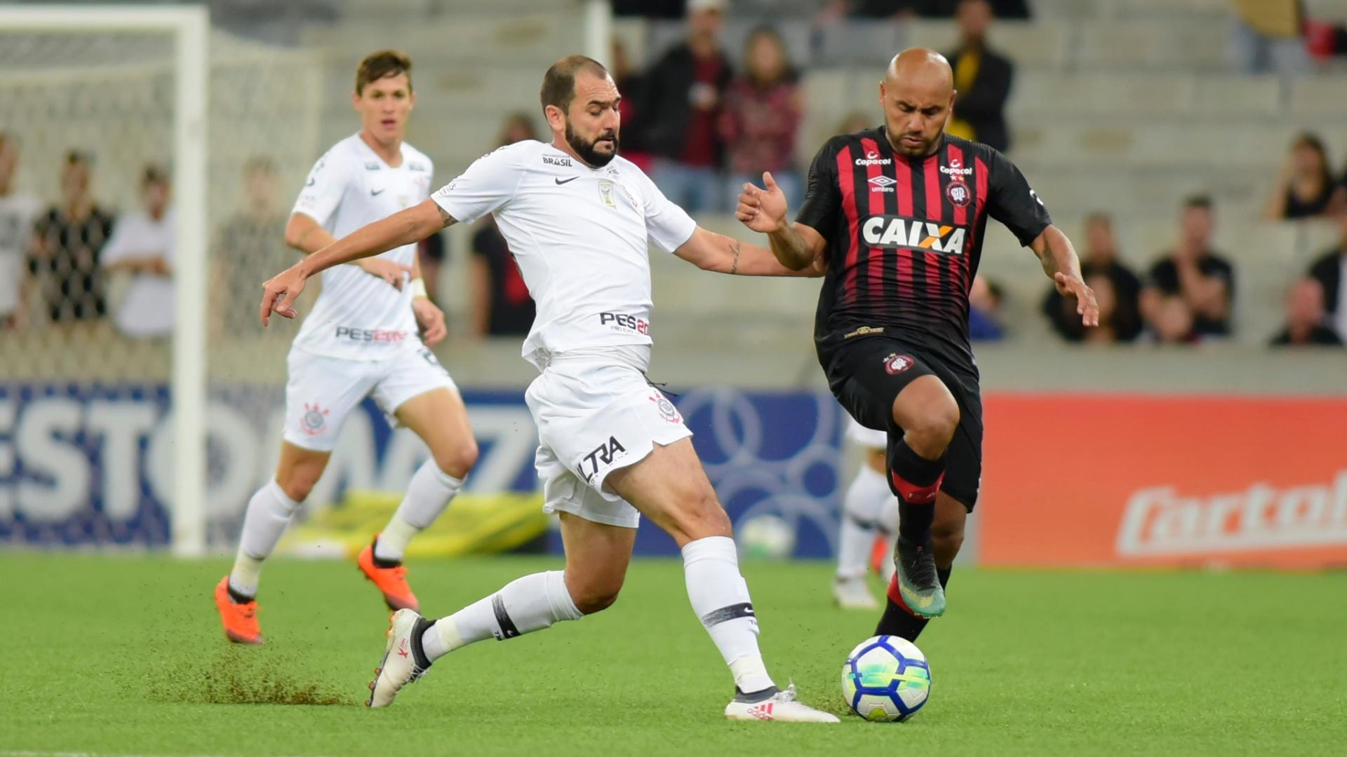 Danilo e Jonathan disputam bola durante duelo entre Atlético-PR e Corinthians